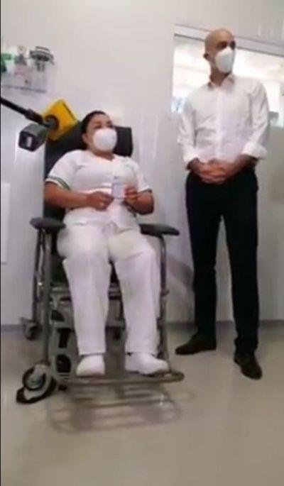 Una enfermera fue la primera en vacunarse contra el COVID-19 en Paraguay
