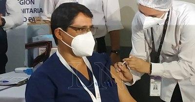 La Nación / Vacunación contra COVID-19 en Alto Paraná se inició con el jefe de UTI