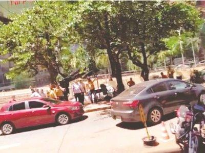 Taxistas amenazan con salir a la caza de choferes de Uber