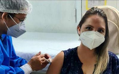 Desmienten que nutricionista haya recibido la vacuna solo por ser la esposa de un concejal