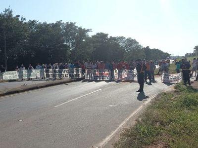 Productores frutihortícolas cierran ruta PY02 en Coronel Oviedo