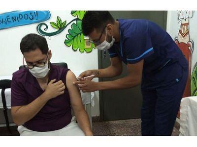 Jefe de terapia intensiva   es el primer inmunizado en Encarnación