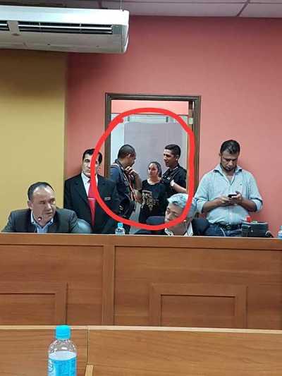 Oficina del presidente de la JM está resguardada por dos agentes de la policía