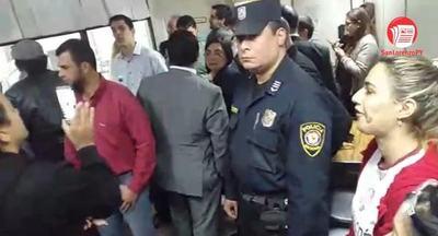 Discusión y griterío entre concejales y ciudadanos en juzgado de San Lorenzo