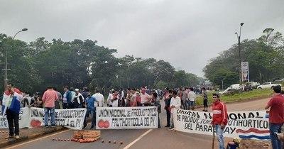 La Nación / Productores frutihortícolas cierran Ruta PY02 ante falta de respuesta del MAG