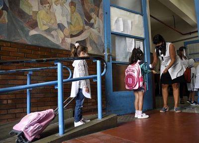 Entre cautela y recelo, Sudamérica trata de volver a clases
