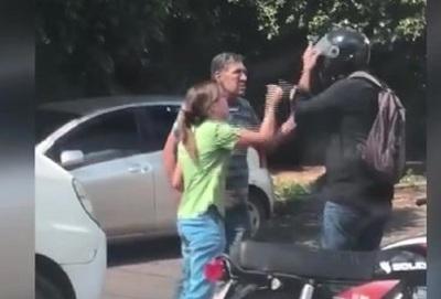 Violencia en tránsito Asunceno: A los golpes en plena Avenida.