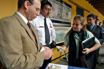 El Gobierno de Ecuador envía al Legislativo un proyecto que defiende la dolarización