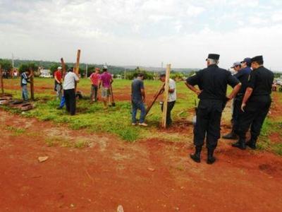 Más de 80 policías y 10 patrulleras para un cartel y alambrado