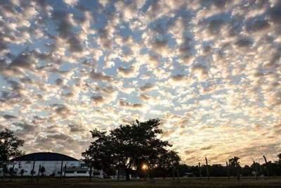 Ambiente cálido con intervalos de sol y nubes para gran parte del país