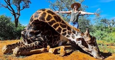 Mujer posa con el corazón de una jirafa luego que su esposo le regalara cazarla por San Valentín