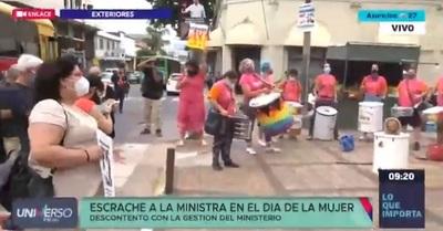 Mujeres recuerdan su día exigiendo la renuncia de la ministra Romero