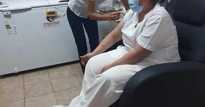 La Nación / Homenaje a la mujer: doctoras y licenciadas, primeras inmunizadas contra el COVID-19