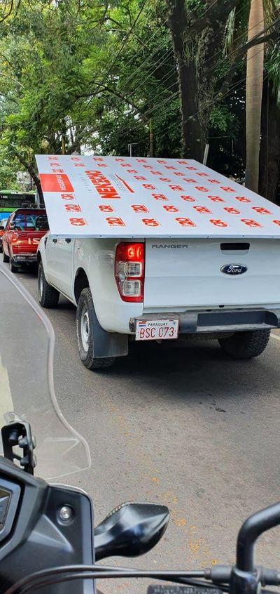 """Campaña de """"Nenecho"""" utiliza vehículo municipal para proselitismo"""