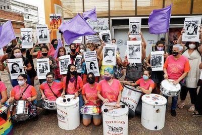 Paraguayas exponen fotos de mujeres luchadoras contra homenaje a Abdo Benítez