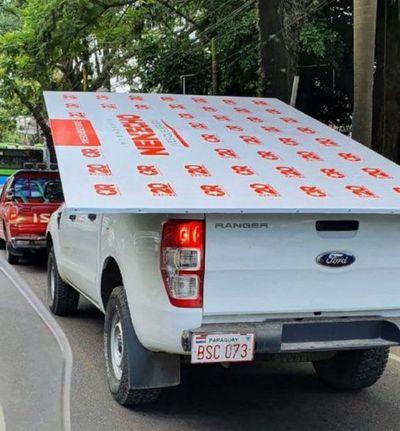 Usan camioneta de la Municipalidad para llevar cartel alusivo a campaña de Nenecho