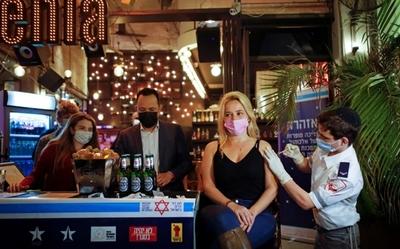 Bar en Israel ofrece bebidas gratis a quienes se vacunan contra el covid-19