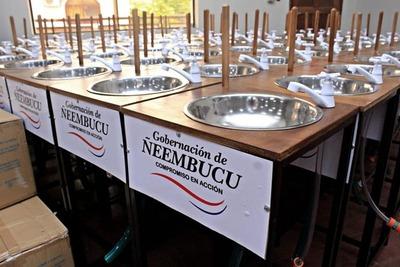 Entregan 350 lavamanos y 20 mil mascarillas para instituciones educativas de Ñeembucú
