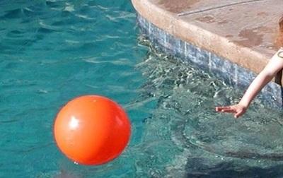 Niña muere ahogada tras caer a una piscina