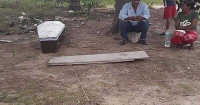 La Nación / Aguardó varias horas bajo un árbol para trasladar el cuerpo de su madre hasta Puerto Diana