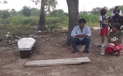 Esperó durante horas para trasladar el cuerpo de su madre