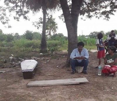 Nativo esperó horas para trasladar el féretro de su madre hasta el Chaco