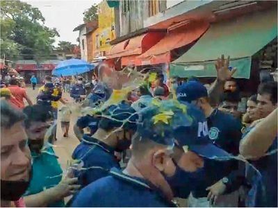 Abasto de CDE: Comerciantes atacan a huevazos a agentes anticontrabando