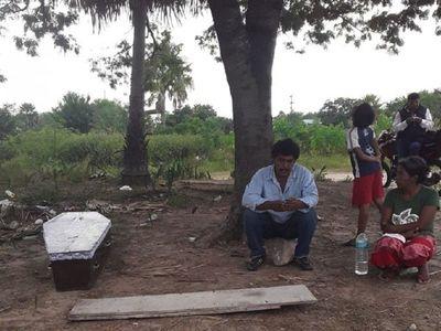 Indígenas viven calvario para llevar  ataúd hasta el Chaco