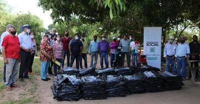 Gobierno entrega bolsas para silo y capacita para el ensilaje a productores de Ñeembucú