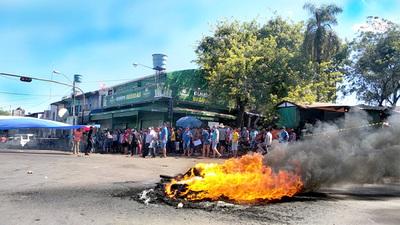 A huevazos corrieron del mercado a policías, aduaneros y otros funcionarios