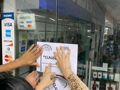 Clausuran un negocio por estafa a turistas brasileños