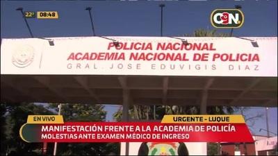 Postulantes y padres se manifiestan frente a la Academia Nacional de la Policía