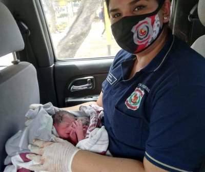 Gemelos nacen en automóvil camino al hospital en San Lorenzo