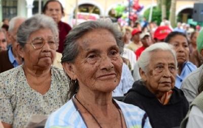 Adultos mayores y otros beneficiarios cobran este viernes su pensión de febrero