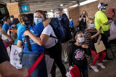 Migrantes cruzan de México a EE.UU. conforme a nuevas políticas de Biden
