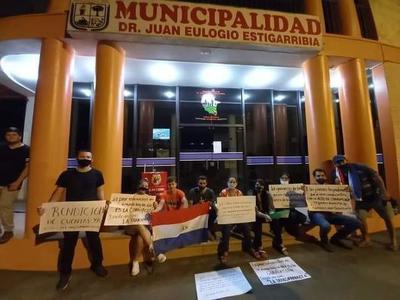 Campo 9; Jóvenes se manifiestan frente a la comuna exigiendo rendición de cuentas – Prensa 5