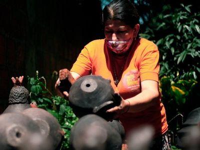 Hace más de 30 años, Julia Isídrez da forma a su arte en el barro
