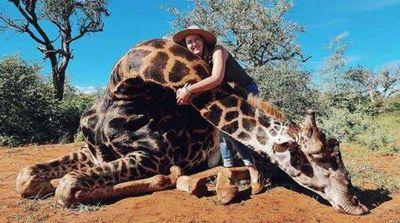Una mujer se jacta de cazar a una jirafa y posa con su corazón en redes sociales