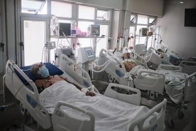 La gente se aglomera y después se desespera por atención en terapia intensiva, critica médico