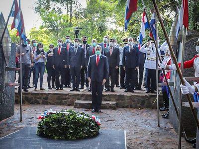 """Mario Abdo rinde honores a los caídos en una """"guerra injusta"""""""