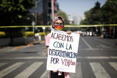 Protestan contra una aerolínea mexicana por no contratar a joven con VIH