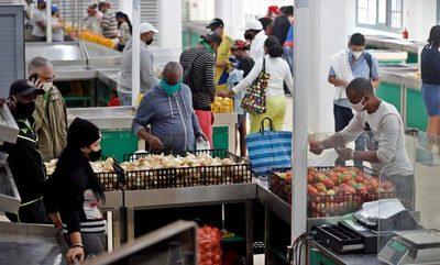 La mayoría de cubanos no llega a fin de mes pese a los nuevos salarios, según un sondeo