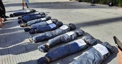 La Nación / Repudian en Argentina la exhibición de bolsas mortuorias en marcha opositora