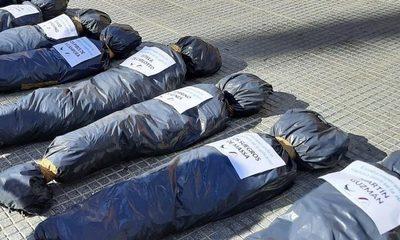 Repudian la exhibición de bolsas mortuorias en protesta en Argentina