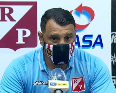 Mario Jara felicita a sus jugadores