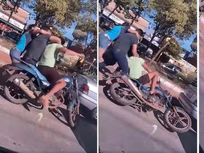 Conductor a los golpes con una pareja de motociclistas