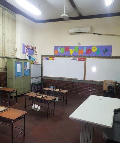 Clases no se inician porque docentes están en movilización y ministro anuncia descuento