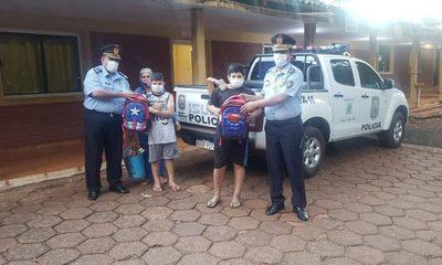 Policías regalan útiles escolares a niños trabajadores