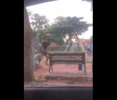 Buscan a agresor que atacó a una joven en una plaza