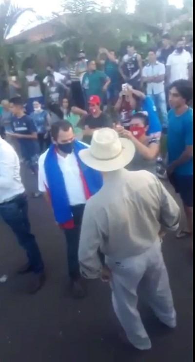 Por un momento la gente olvidó sus penas para honrar el perdido patriotismo y reivindicar el idioma guaraní